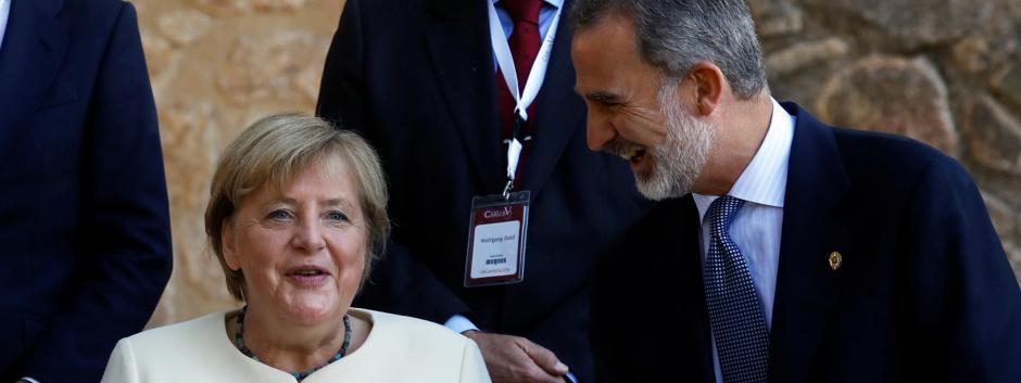 Su Majestad, junto a la galardonada, Angela Merkel, en el Monasterio de Yuste.