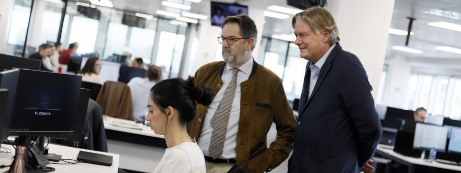 Antonio López-Istúriz conociendo, en compañía de Bieito Rubido, la redacción