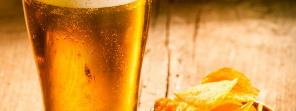 Un rasgo de la gastronomía española es el tapeo acompañado de vino, cerveza o vermú