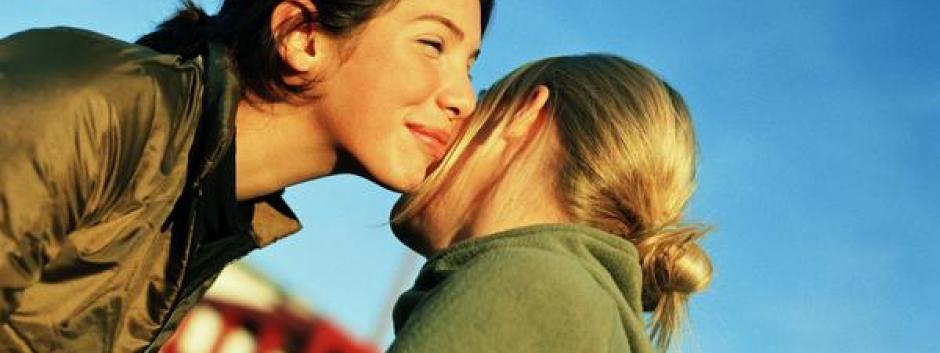 La costumbre de dar dos besos en la mejilla llama la atención de los extranjeros