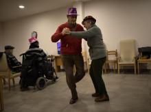 Dos ancianos bailan en una residencia