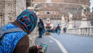 Mujer pidiendo frente al castillo de Sant´Angelo en Roma