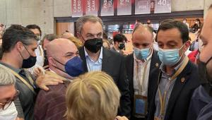 Zapatero fotografiándose con la militancia.