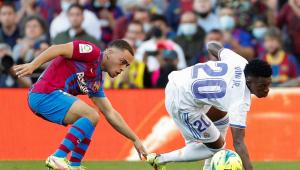 Dest y Vinicius pelean por un balón