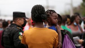 Una inmigrante haitiana, con su hija