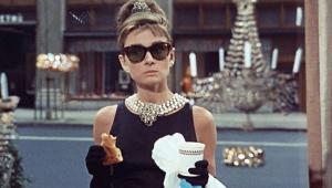 Audrey en el fotograma más famoso de la película Desayuno con diamantes
