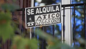 Vista de un cartel de alquiler de vivienda en Madrid