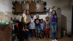 Una familia caraqueña sufre las complicaciones de hacerse con la cesta básica