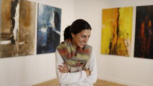 La artista Beatriz Zorolo junto a algunos cuadros de su exposición Hilos
