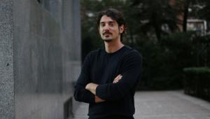 El documentalista Manuel González en la calle Magallanes, junto a la redacción del diario El Debate