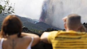 Habitantes de La Palma observando la colada del volcán en su trayectoria cercana a El Paso