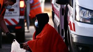 Una inmigrante es atendida por un voluntario de la Cruz Roja en Ceuta el pasado mes de septiembre