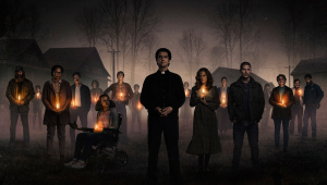 Imagen promocional de la serie Misa de Medianoche