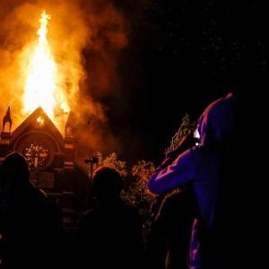 Un templo católico en llamas en las protestas de Chile del año pasado