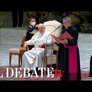 Durante el saludo a los peregrinos en la audiencia, un niño subió al estrado y se acercó al Papa. Quería pedirle el solideo a Francisco.
