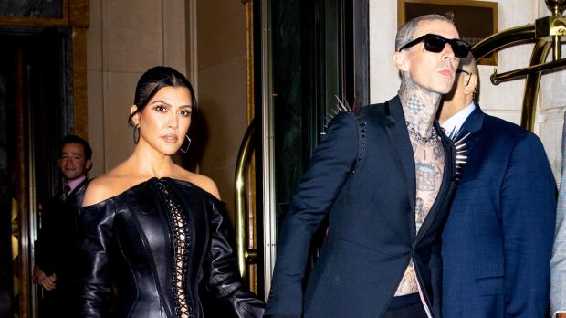 Kourtney Kardashian y el músico Travis Barker en Nueva York