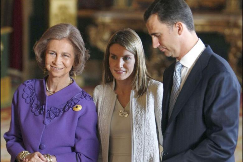 LA REINA DE ESPAÑA SOFIA DE GRECIA JUNTO A LOS PRINCIPES DE ASTURIAS LETIZIA ORTIZ Y FELIPE DE BORBON DURANTE LA RECEPCION OFICIAL CON MOTIVO DEL DIA DE LA HISPANIDAD 2008 ©RADIALPRESS 12/10/2008 MADRID  Spanish Royal family during the reception held at the royal palace on the occasion of the celebration of the National Day, in Madrid, Spain. October, 12. Pictured: Sofia de Grecia , Felipe de Borbon and Letizia Ortiz