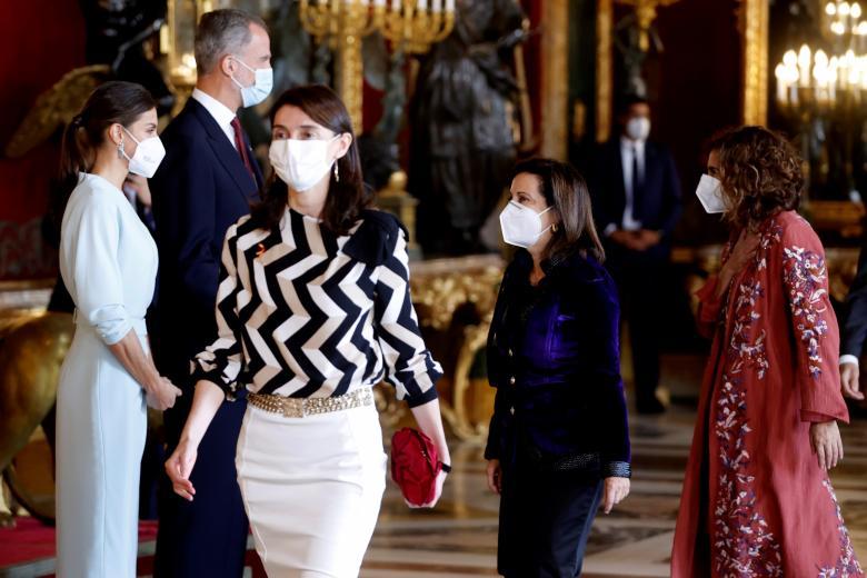 Margarita Robles, ministra de Defensa. Como estaba en lo que estaba, y no en las ínfulas de la belleza y la notoriedad, escogió un riguroso traje de pantalón, cuya única concesión fue el color morado del terciopelo de su chaqueta.