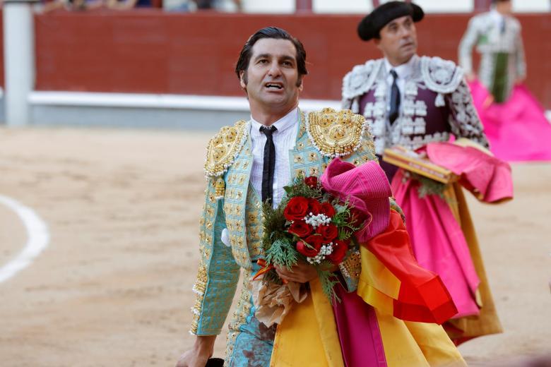 Morante pasea una oreja de su primer toro
