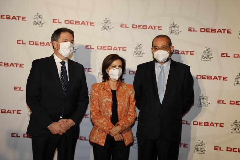 Bieito Rubido, director de El Debate; Margarita Robles, Ministra de defensa; Alfonso Bullón de Mendoza, presidente de El Debate, de izquierda a derecha