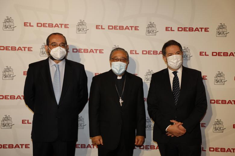 Presidente de El Debate, Alfonso Bullón de Mendoza; Bernardito Auza, Nuncio de la Santa Sede y Bieito Rubido, director de El Debate, de izquierda a derecha