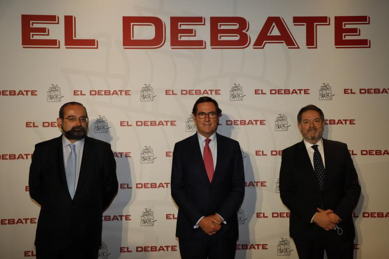 Alfonso Bullón de Mendoza, presidente de la ACdP y presidente de El Debate, Antonio Garamendi; presidente de la Confederación Española de Organizaciones Empresariales y Bieito Rubido, director de El Debate, de izquierda a derecha