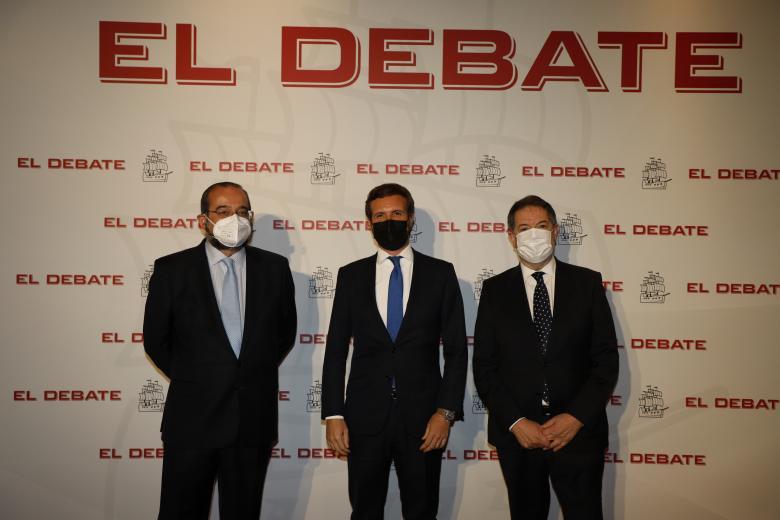 Alfonso Bullón de Mendoza, presidente de la ACdP y presidente de El Debate, Pablo Casado; presidente del Partido Popular y Bieito Rubido, director de El Debate, de izquierda a derecha