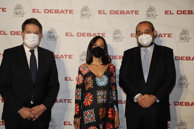 Bieito Rubido, director de El Debate; Mercedes González, delegada del Gobierno en la Comunidad de Madrid; Alfonso Bullón de Mendoza, presidente de El Debate, de izquierda a derecha