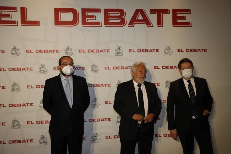 Alfonso Bullón de Mendoza, presidente de la ACdP y presidente de El Debate; Darío Villanueva, ex director de la RAE y ex miembro del Consejo de Estado; Bieito Rubido, director de El Debate, de izquierda a derecha