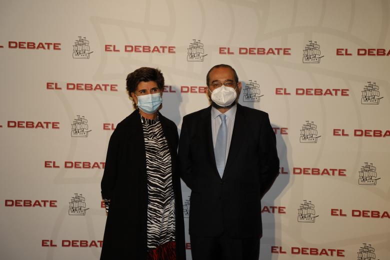 María San Gil, vicepresidenta de la Fundación Villacisneros y Alfonso Bullón de Mendoza, presidente de la ACdP y presidente de El Debate, de izquierda a derecha