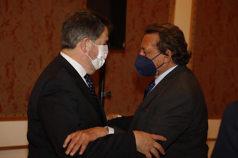 Bieito Rubido, director de El Debate, con el periodista y columnista del diario Alfonso Ussía