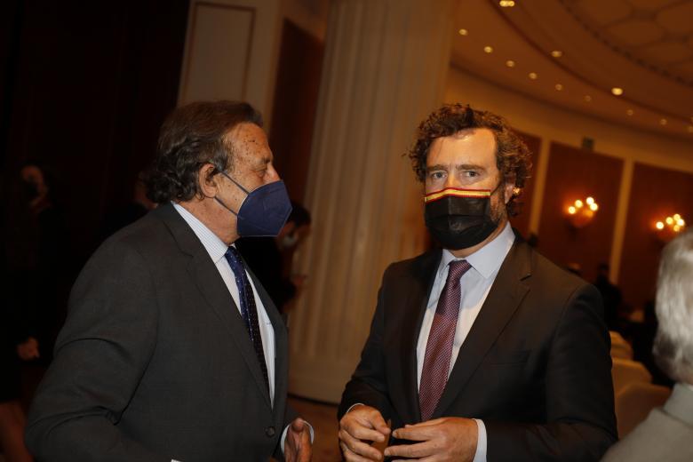 El periodista Alfonso Ussía, con el diputado Iván Espinosa de los Monteros
