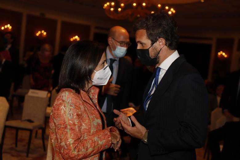 La ministra de Defensa, Margarita Robles, junto al presidente del PP, Pablo Casado