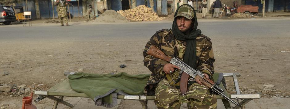 Un combatiente talibán junto a una carretera en Kunduz, norte de Afganistán