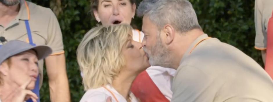 Terelu Campos y Miki Nadal besándose en MasterChef