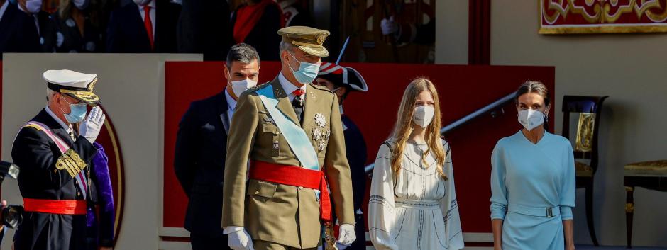El rey Felipe VI (3d), la reina Letizia (d), la infanta Sofía (2d) y asisten al desfila del Día de la Hispanidad.