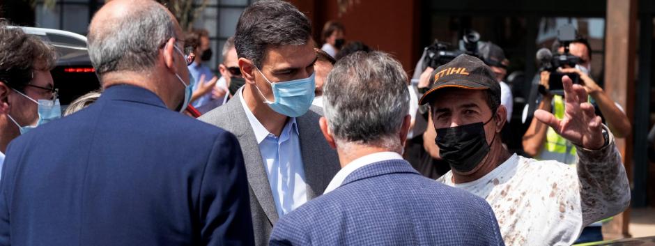 El presidente del Gobierno, Pedro Sánchez, conversa con varios de los desalojados a causa de la erupción volcánica