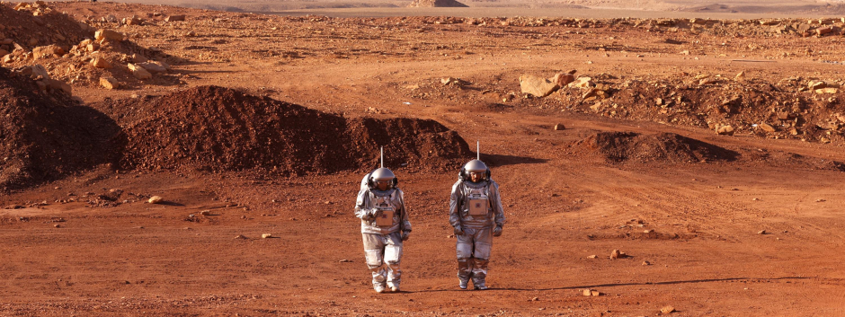 Dos de los astronautas que componen el equipo pasean por el cráter de Mitzpé Ramón, en Israel
