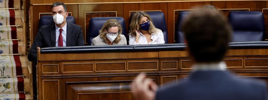 Casado frente a Sánchez este miércoles en el Congreso.