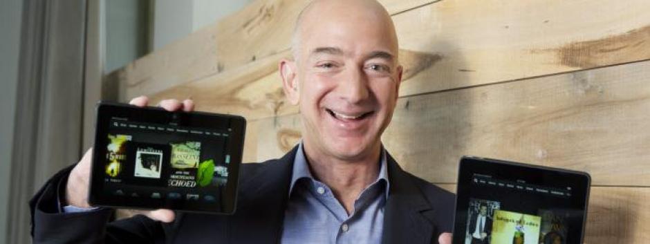 Jeff Bezos con dos modelos Kindle, el producto estrella de Amazon