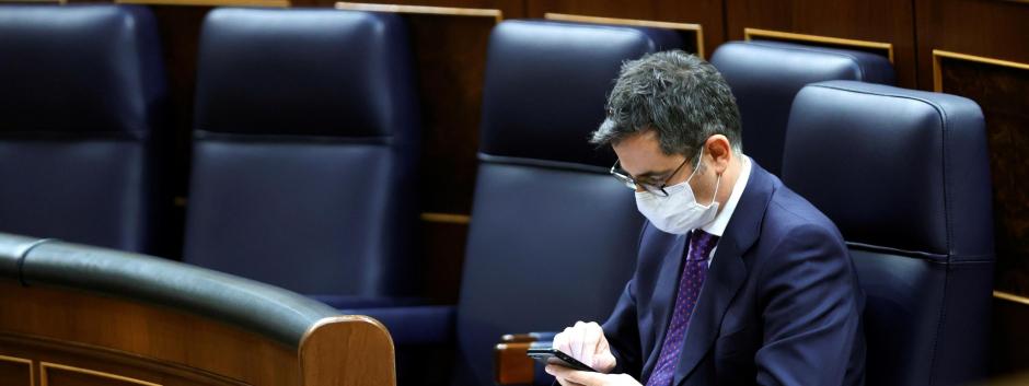El ministro Bolaños solo en la bancada azul.