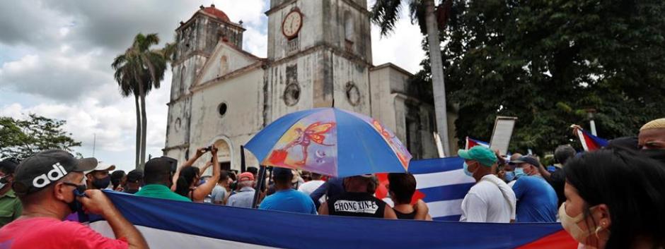 Manifestantes en favor del presidente cubano Miguel Díaz-Canel frente a la iglesia