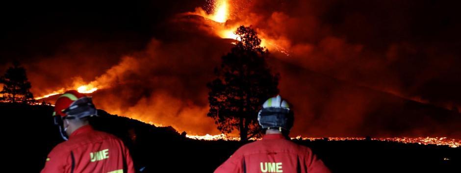 Equipos de la Unidad Militar de Emergencias vigilan la noche la actividad del volcán de La Palma