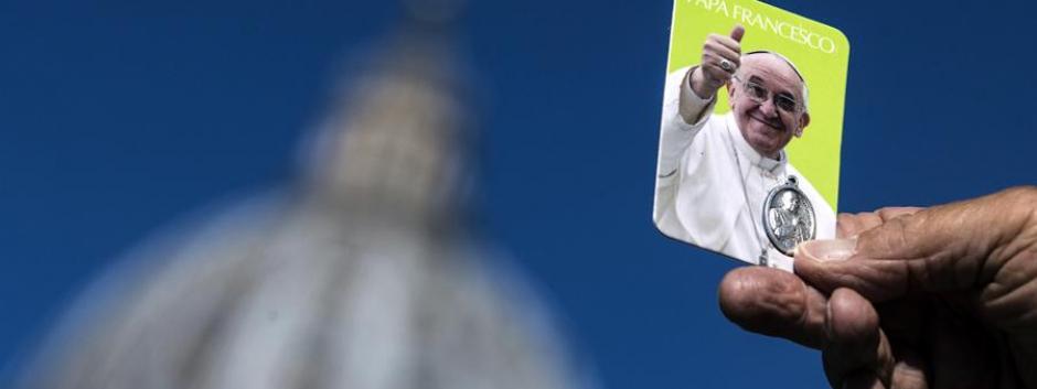 Estampa del Papa Francisco frente a la basílica de San Pedro