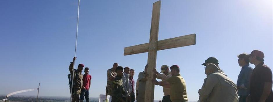 Civiles musulmanes y cristianos de Mosul levantan una cruz de madera cerca del monasterio de Saint Mar Georges