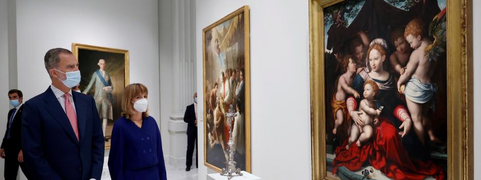 Felipe VI acompañado por la ministra de Educación y Formación Profesional, Pilar Alegría observa la obra Virgen del Lirio (1560), atribuida a Cornelis van Cleve, en su visita a un espacio de exposiciones permanente del Banco de España.