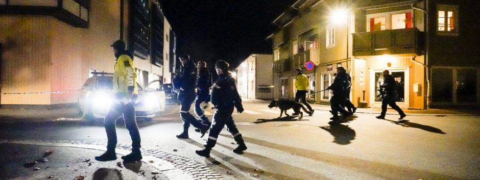 Agentes de policía acordonan el lugar del crimen en Kongsberg, Noruega