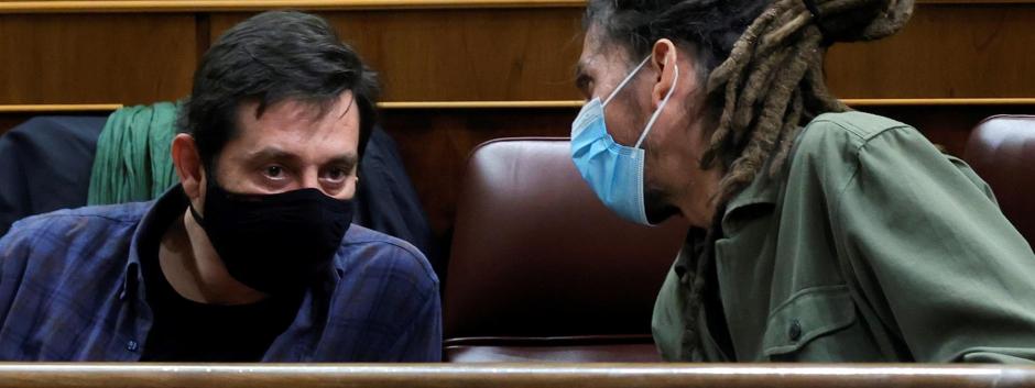 Los diputados de Podemos Alberto Rodríguez (d) y Rafael Mayoral conversan durante el pleno de hoy en el Congreso