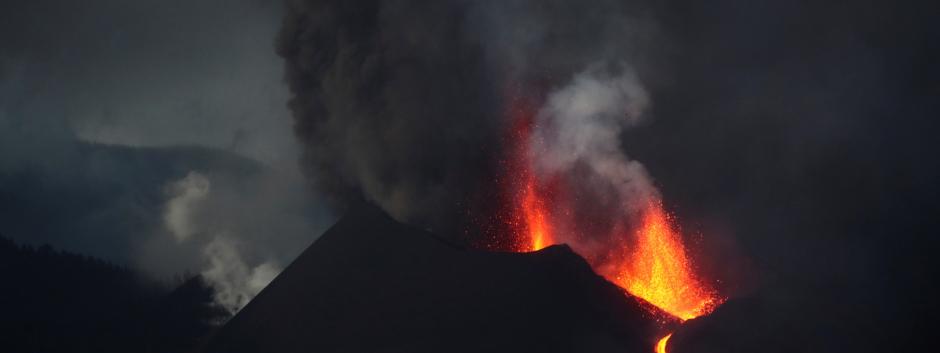 El volcán de Cumbre Vieja continúa emitiendo lava