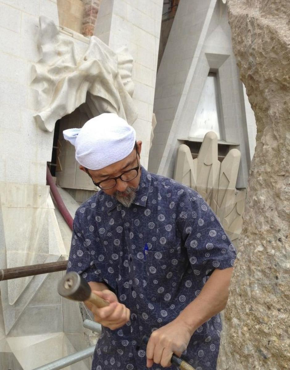El jefe escultor de la basílica de la Sagrada Familia trabajando una pieza
